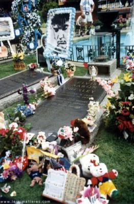 Elvis Presley meurt à Memphis (Tennessee) à l'âge de 42 ans